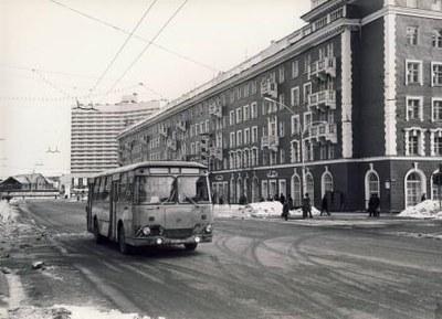 Ensam buss på Lenin Prospekt