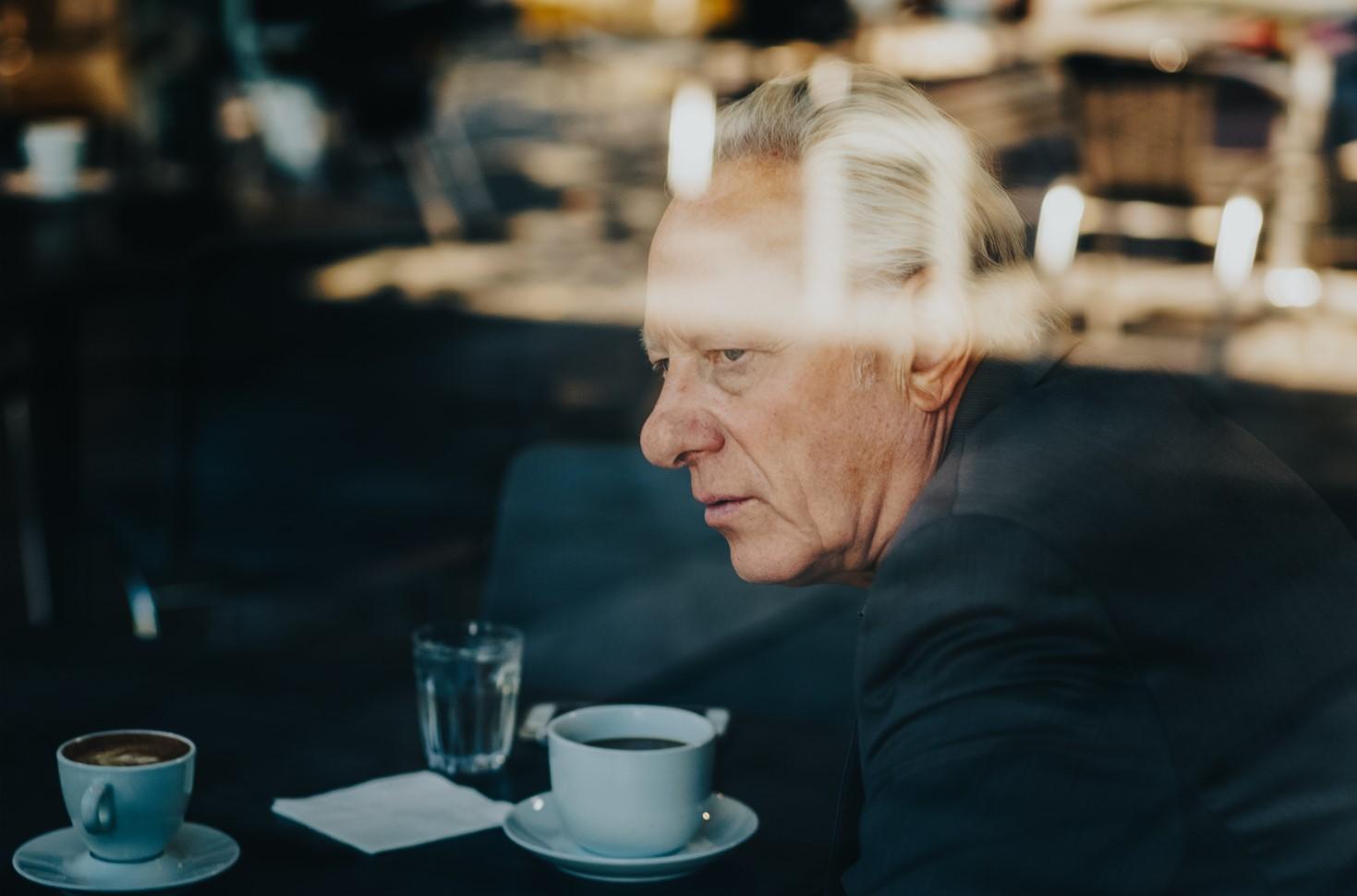 Stein Olav Henriksen på kaffebar