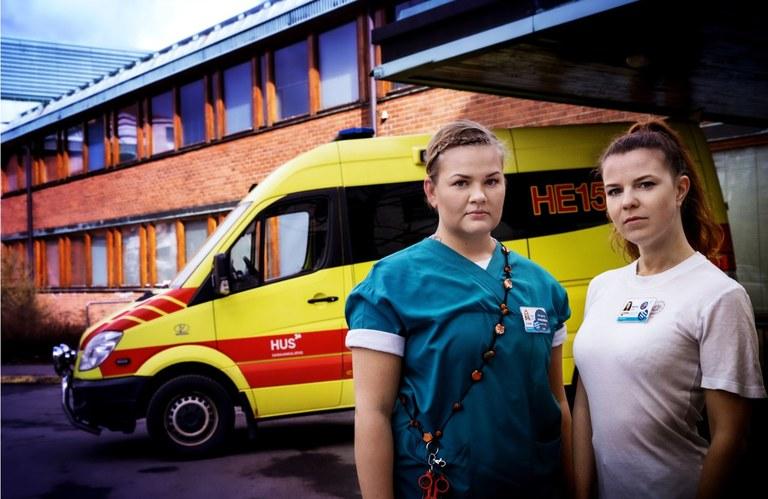 Foto: Cata PortinVårdpersonalen som jobbar på frontlinjen i coronakrisen befinner sig i en exceptionell situation: utan kollektivavtal och utan möjlighet till strejk / Sjukskötare Tytti Westerlund (vänster ) och Minna Kassila (höger).